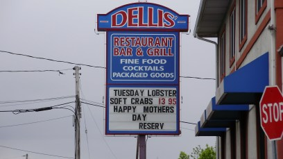 Dellis Restaurant pylon sign