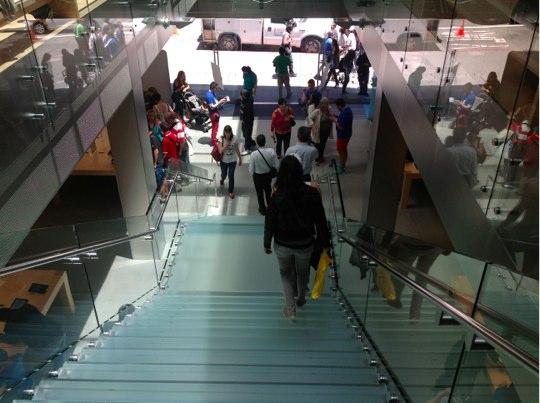 Sihirli elma apple store deneyimi merdivenler2