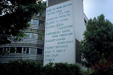 Fischli/Weiss - Haus mit Schrift 1991