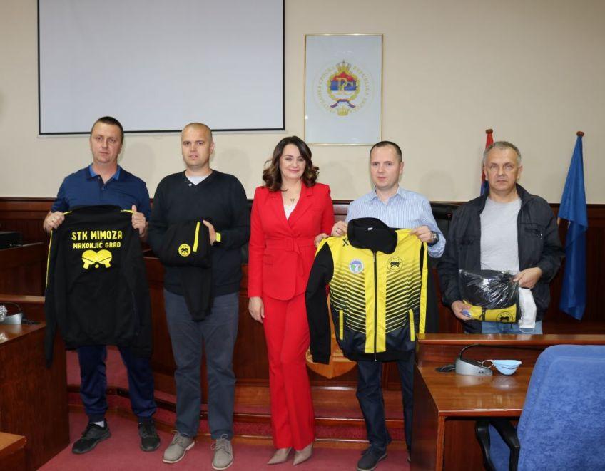"Mrkonjić Grad: Stonoteniskom klubu ""Mimoza"" preduzeće ""Mrkonjić putevi"" d.o.o. doniralo trenerke"