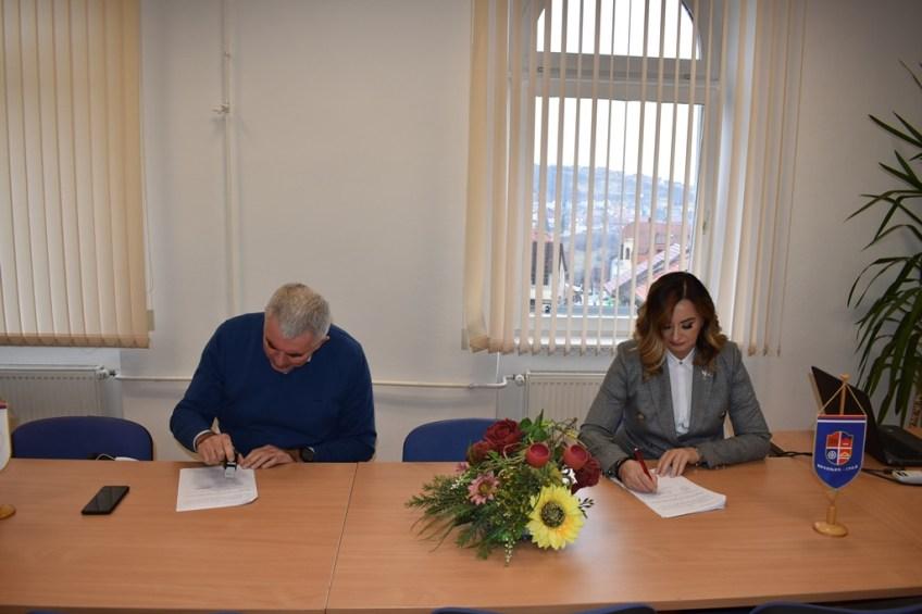Mrkonjić Grad: Potpisan ugovor za rekonstrukciju parternog uređenja dvorišta ispred Crkve Rođenja Presvete Bogorodice