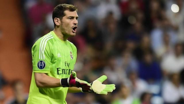 Iker Casillas Berikan Kaus Untuk Bocah Yang Kena Hantam Bola di Laga Madrid vs Granada