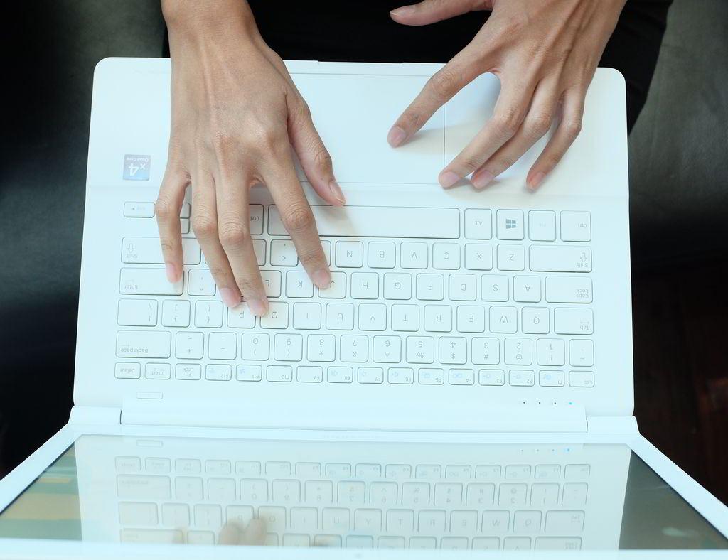 Notebook samsung kualitas - Saat Digunakan Untuk Mengetik Notebook Langsing Ini Dibekali Dengan Keyboard Bermodel Chicklet Yang Memiliki Jarak Antar Tombol Keyboard Cukup Pas