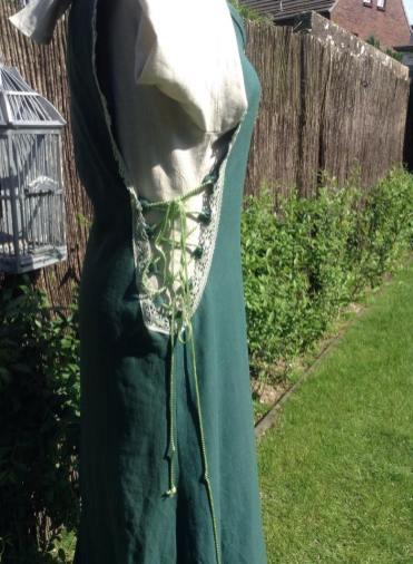 Kleid grün mit Höllenfenstern