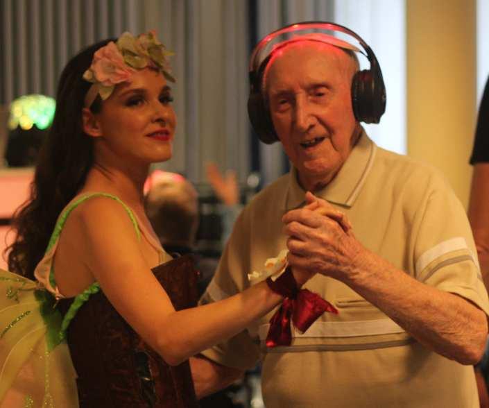 silent disco in de zorg geeft geluksmomentje dementie