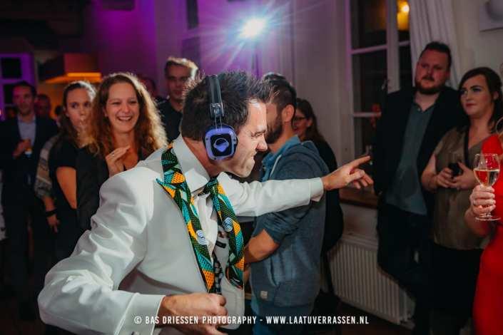 silent disco bruiloft bruidegom
