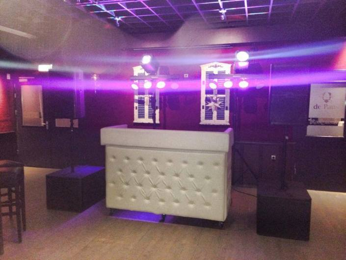 silent disco DJ booth wit gecapitonneerd met basic lights
