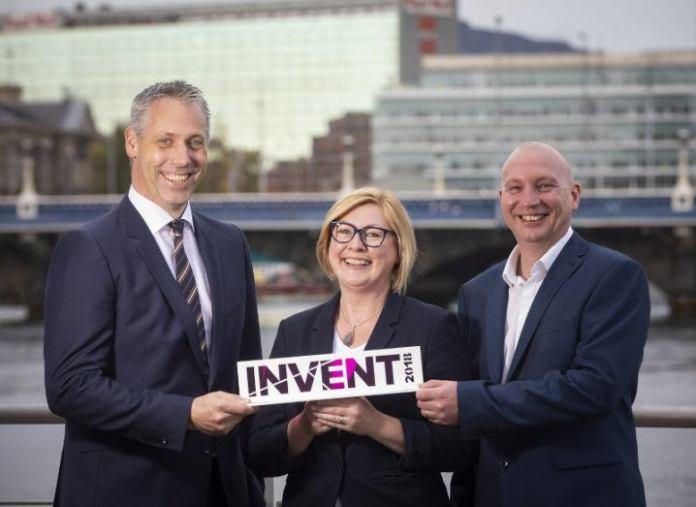 Une femme se tient entre deux hommes sur le front de mer à Belfast et reçoit un prix Invent.
