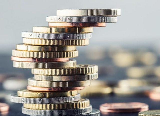 Pièces en euros empilées les unes sur les autres.