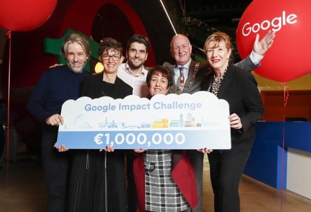 Un groupe de personnes - trois hommes et trois femmes - résiste à une signature Google qui lit un million d'euros dans le Google Impact Challenge.