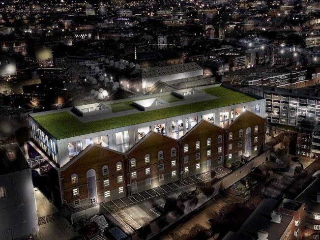 Vue d'ensemble du bâtiment Guinness Enterprise Centre situé à côté de la brasserie Guinness à Dublin la nuit.