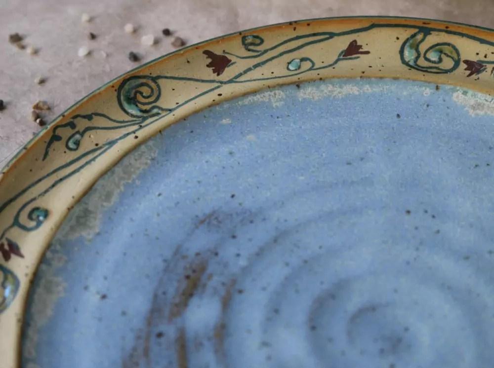 Keramikteller mit Intarsienranke hellblau 2015
