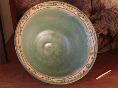 Keramikschale mit Blumenranke