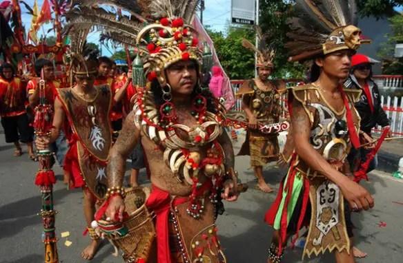 Baju Adat Dayak Kalimantan Bulang Burai King