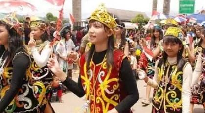 Pakaian Adat Bulang Kuurung Kalimantan
