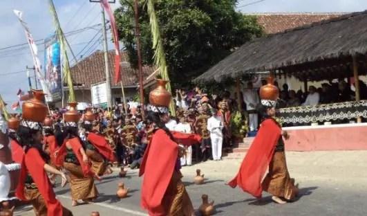Uraian mengenai Upacara Adat Seren Taun Sunda Jawa Barat yang terkenal