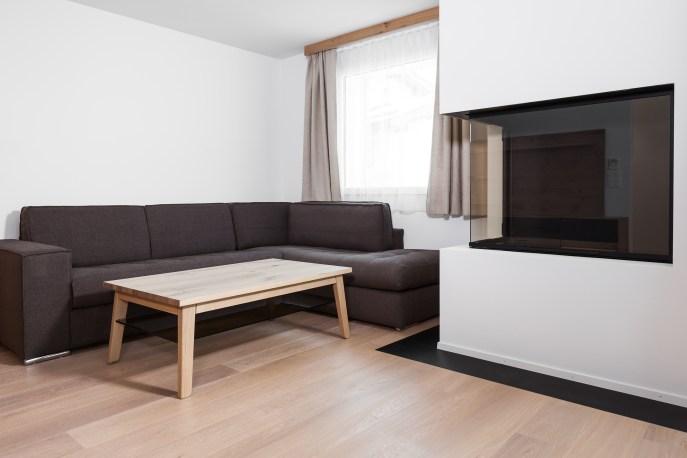 Ansicht Wohnzimmer mit Kamin Wohnung Sils