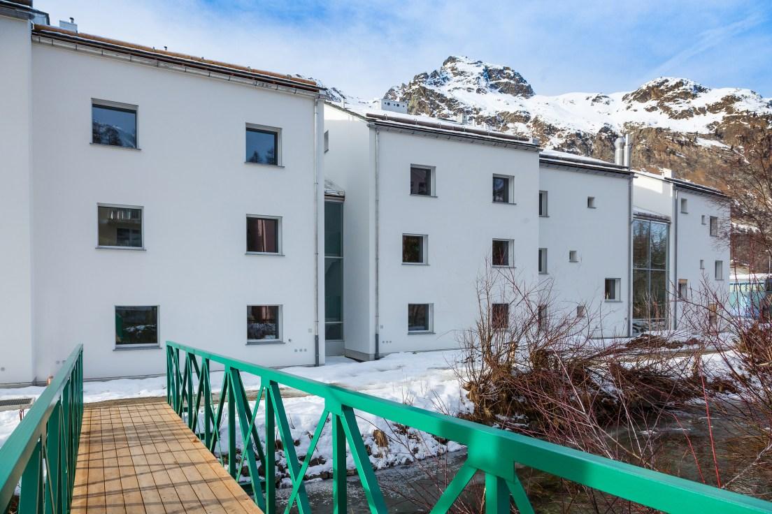 Aussenansicht Wohnung Sils Engadin mit Bergkulisse