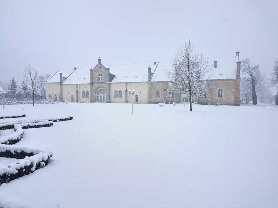 dziedziniec przed hotelem zimą Pałac Brunów