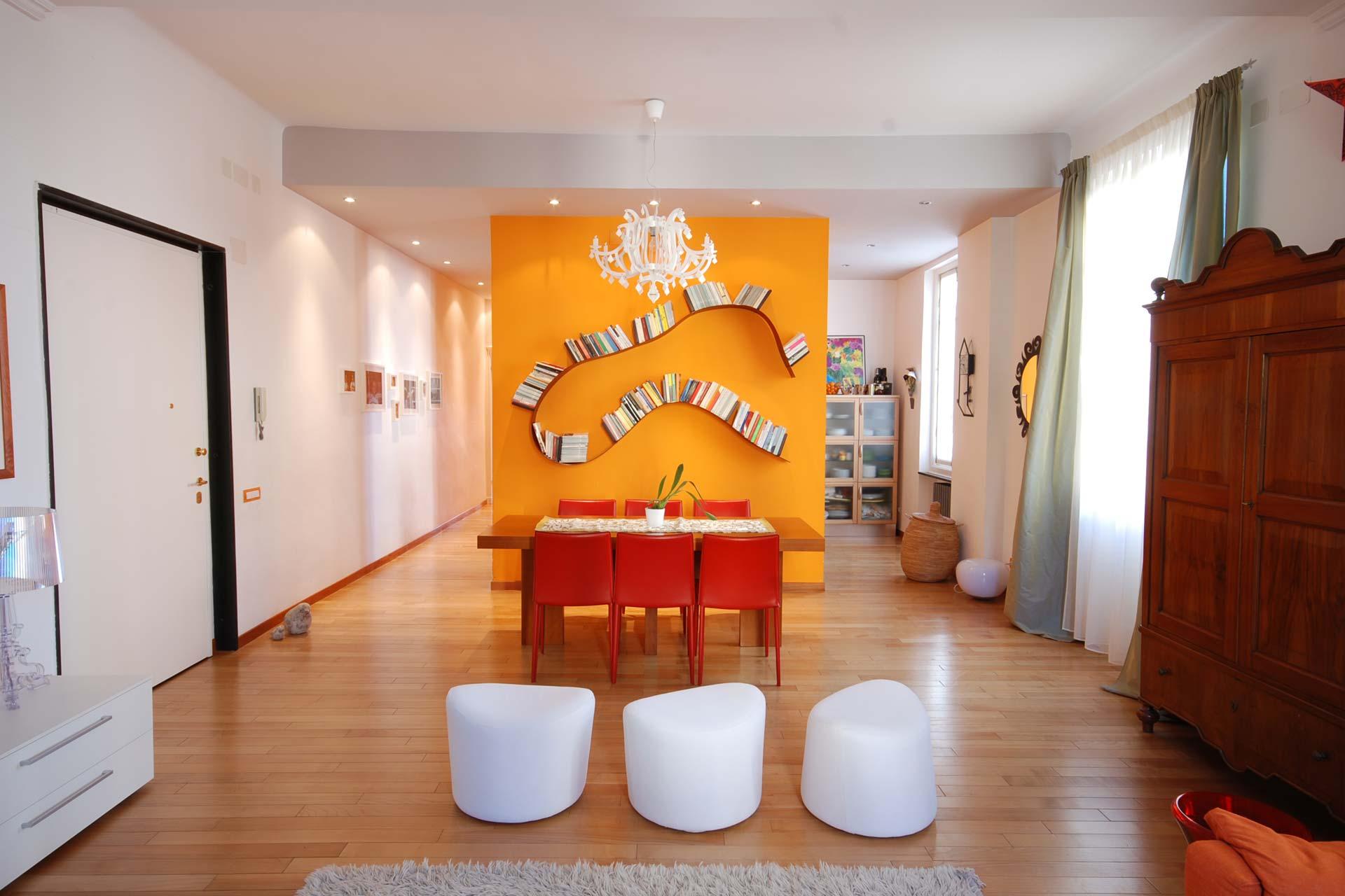 Una casa giocosa con le pareti colorate, un'architettura d'interni di Roberto Silvestri Architetto