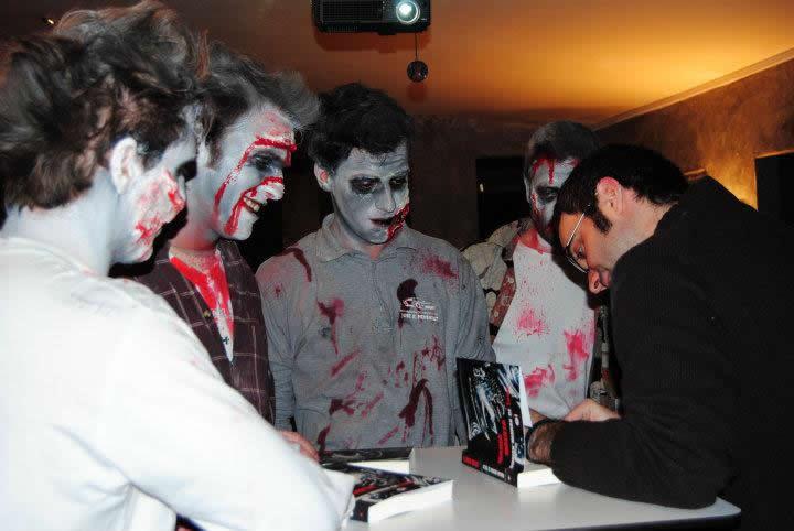 Algunos de los zombies asistentes a una de las firmas de libros de Marea Muerta