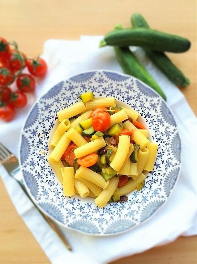 tortiglioni con uvetta zucchine pomodorini
