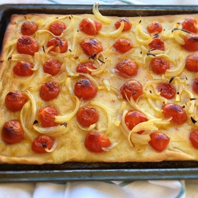 focaccia croccante con pomodorini e cipolle