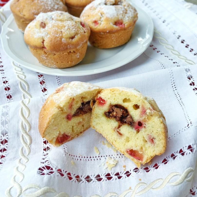 Muffin alle fragole e cioccolato.
