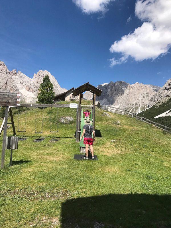 I bambini in Val Gardena: con lo zaino porta bimbo fino al rifugio Firenze.