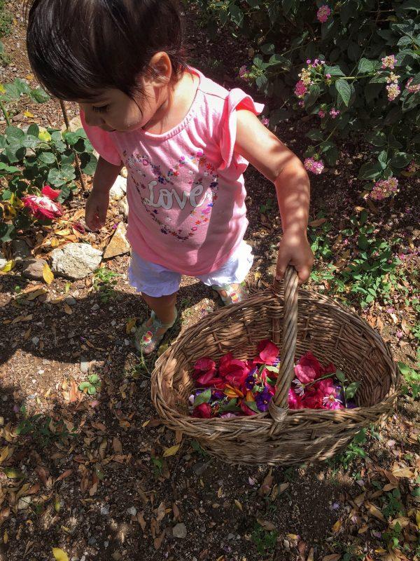 Realizzare una ghirlanda floreale con i bambini