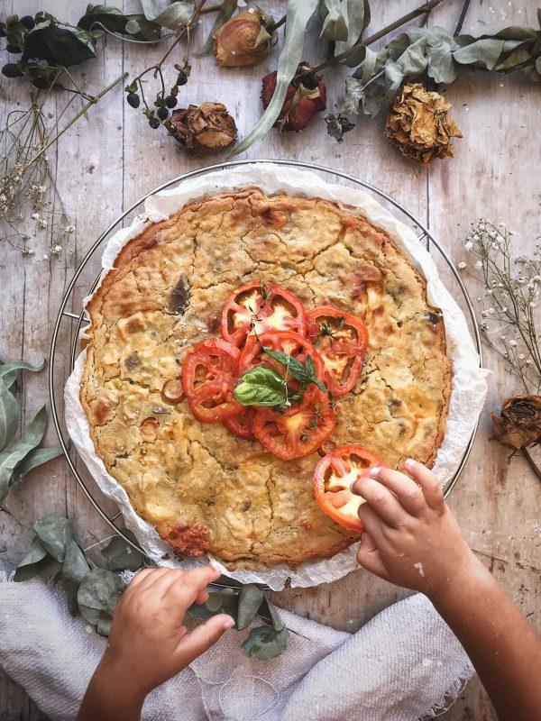 La torta con farina di ceci, verdure e mozzarella.