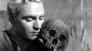 Laurence Olivier als Hamlet