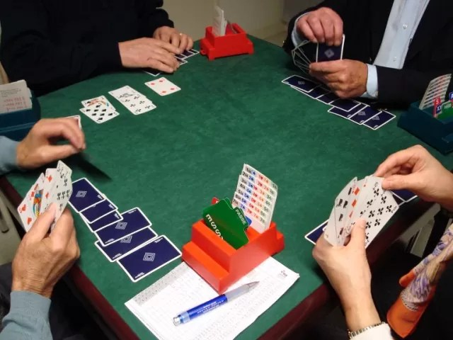 Un jeu de cartes comme le bridge, à la base, est un jeu mobile (source).