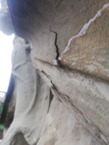 La pietra della cornice del timpano era faldata e allentata