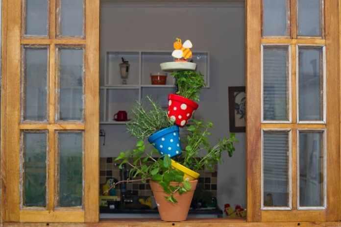 10.Simphome.com Artistic Vertical Herb Garden