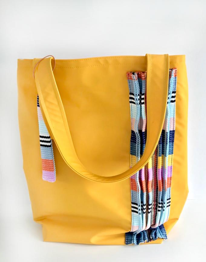 Gele regenstof tas met plissé stroken