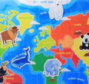 Carte du monde en feutrine avec animaux