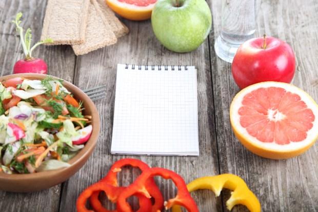 carnet-note-avec-fruits-et-legumes-autour