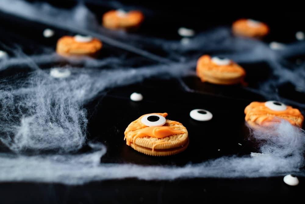 SIMPLE Oreo Mummy cookies - a great halloween treat