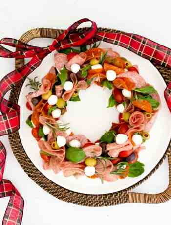 How to make a SIMPLE Antipasto Christmas Wreath with cheese, olives, cured meat and basil for the holidays #simplepartyfood