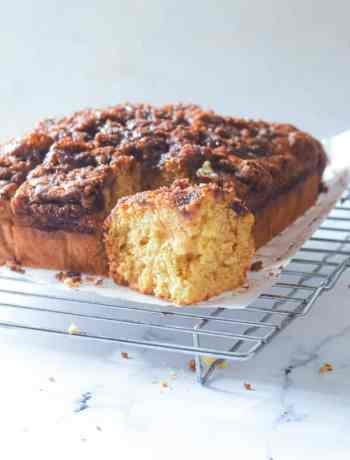 SIMPLE Cinnamon Coffee Cake - a perfect match with a cup of coffee #coffeecake #breakfast #simplepartyfood