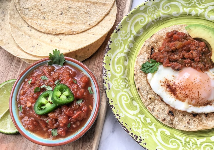 SIMPLE Spicy Salsa recipe using fresh ripe ingredients for chips or tacos #simplepartyfood