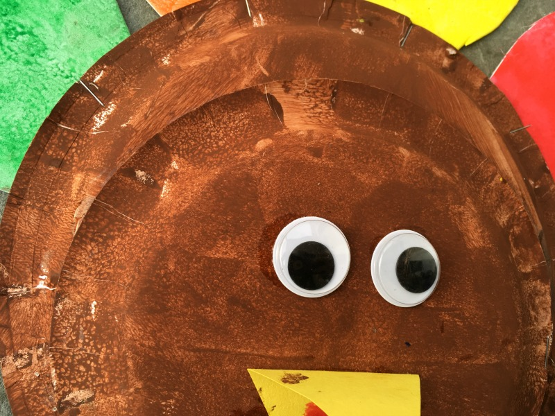 Thanksgiving craft for kids- make a paper plate turkey!