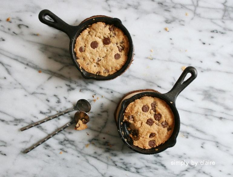 用迷你鑄鐵盤烤巧克力豆餅乾 用