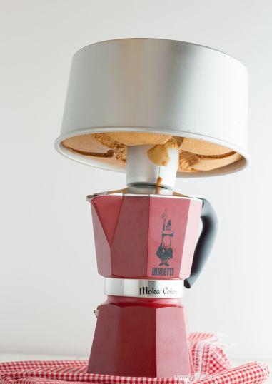 在sedo拍照場景時,發現可以把戚風蛋糕倒扣在摩卡壺上放涼