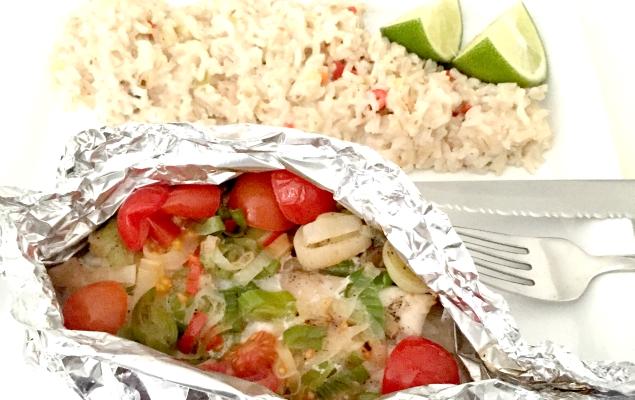 Oosters vispakketje met gestoomde groenten en kokosrijst