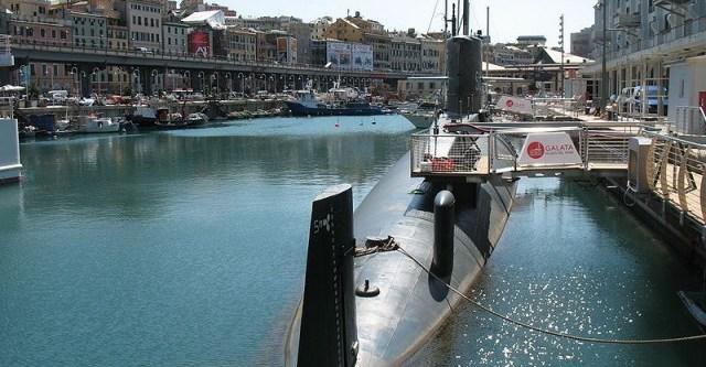 Sottomarino dentro un porto a Genova