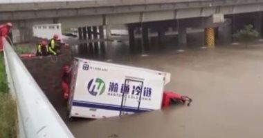 مشاهد جديدة من غرق عربات المترو والحافلات فى الصين بسبب الفيضانات.. فيديو وصور