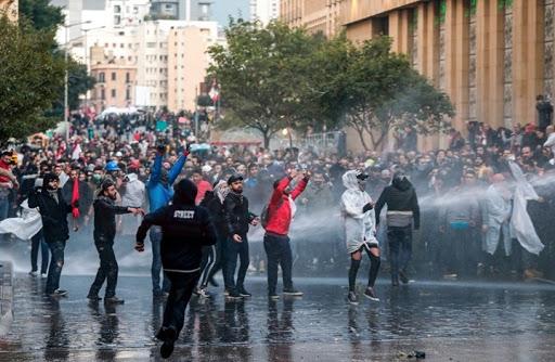 فيديو.. مواجهات عنيفة بين الأمن والمتظاهرين في محيط البرلمان اللبناني