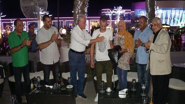 محافظ جنوب سيناء يهدي مفتاح شرم الشيخ لبطل الصاعقة أحمد فوزي